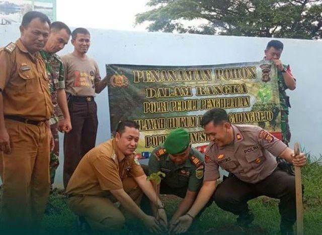 Peduli Penghijauan Lingkungan, Polsek Gadingrejo Tanam Pohon di Kantor Camat Gadingrejo